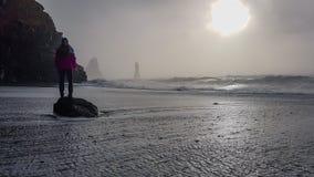 Island - M?dchen, das durch eine Welle gewaschen wird lizenzfreies stockbild