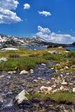 风河范围的Island湖,落矶山,怀俄明,从挑运的供徒步旅行的小道的看法到从埃尔德哈特P的Titcomb盆地 图库摄影