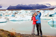 Island - Paar, das selfie durch Jokulsarlon nimmt lizenzfreie stockbilder