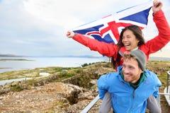 Island-Reise - Paar mit isländischer Flagge stockfotografie