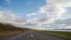 Island-Ringstraße, die throughscenic Landschaft wickelt lizenzfreies stockfoto
