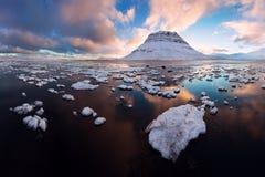 Island snaefellsneshalvö och berömda Kirkjufell Kirkjufell är ett beautifully format och symmetriskt fritt stående berg royaltyfria foton