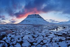 Island snaefellsneshalvö och berömt Kirkjufell berg Kirkjufell är ett beautifully format och symmetriskt berg royaltyfria foton