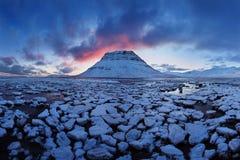 Island snaefellsneshalvö och berömt Kirkjufell berg Kirkjufell är ett beautifully format och symmetriskt berg arkivfoton
