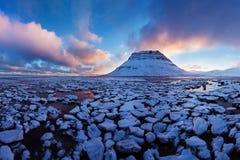 Island snaefellsneshalvö och berömt Kirkjufell berg Kirkjufell är ett beautifully format och symmetriskt berg arkivbilder