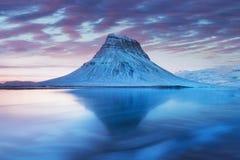 Island snaefellsneshalv? och ber?mda Kirkjufell Kirkjufell ?r ett beautifully format och symmetriskt fritt st?ende berg royaltyfri bild