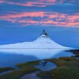 Island snaefellsneshalv? och ber?mda Kirkjufell Kirkjufell ?r ett beautifully format och symmetriskt fritt st?ende berg arkivfoto