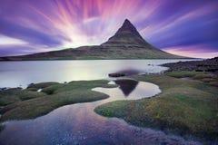 Island snaefellsneshalv? och ber?mda Kirkjufell Kirkjufell ?r ett beautifully format och symmetriskt fritt st?ende berg royaltyfria bilder