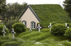 Island. Sydostligt område. Hof. Kyrkogård och kyrka med torvtaket royaltyfria foton