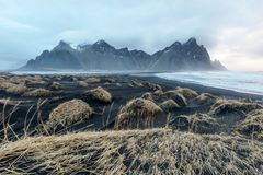 Island-, Vestrahorn-Berg und schwarzer Sand über dem Ozean Lizenzfreie Stockbilder