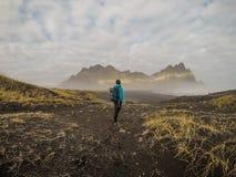 Island - Viking Man och spetsiga berg royaltyfri bild
