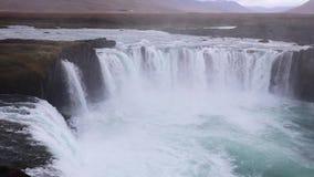 Island-Wasserfall auf dem Hintergrund von Bergen Ströme des Wassers fallen von der Klippe und fallen unten stock video