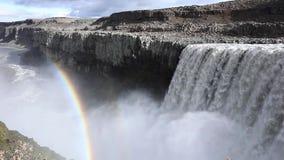 Island-Wasserfall auf dem Hintergrund von Bergen Ströme des Wassers fallen von der Klippe und fallen unten stock video footage