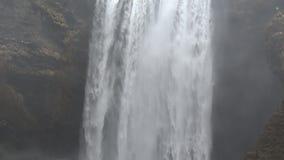 Island-Wasserfall Skogafoss in der sch?nen isl?ndischen Landschaft stock video footage