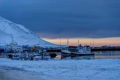 Island-Winterlandschaftsansicht mit Hafen in der Dämmerung stockfotografie