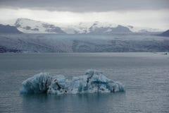 Islande-Eisberg Bleu und noir sur La lagune Lizenzfreies Stockbild