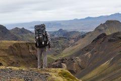 Islandia - 10 de agosto de 2016: Solo viajero masculino con fotografía de archivo