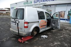 ISLANDIA, julio de 2014: Campista prestado para reparar el neumático agrietado fotografía de archivo libre de regalías