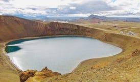 Islandia, lago VÃti cerca por Vulcano Krafla imagen de archivo libre de regalías