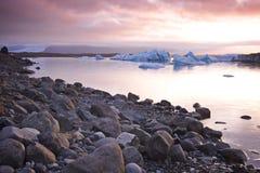 Islandia: Puesta del sol en un lago del glaciar Foto de archivo