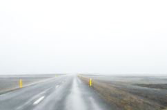 Islandia - septiembre de 2014 - camino helado en la pieza occidental de Islandia, camino nublado de la niebla de la niebla Foto de archivo libre de regalías