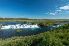 Islandic landskap med floden och vattenfallet Arkivfoton