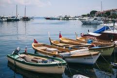 Islands,土耳其王子- 2014年7月 在Buyukada海湾的木小船在马尔马拉海 图库摄影