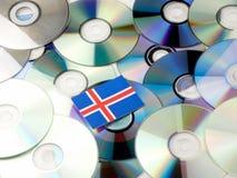 Islandzka flaga na górze cd i DVD stosu odizolowywającego na bielu Zdjęcia Stock