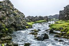Islandzka rzeka z mech skałami Fotografia Royalty Free