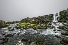 Islandzka siklawa i skały Obrazy Royalty Free