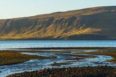 Islandzka zatoka z rzeką i górą Zdjęcia Royalty Free