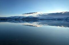 Islandzki glacjalny jezioro z górami Obraz Stock