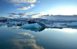Islandzki glacjalny jezioro z górami Zdjęcie Royalty Free
