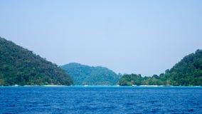 Islas anchas de Surin de la entrada Las islas son las más hermosas de los recursos hídricos del mundo Imagen de archivo libre de regalías
