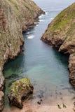 Islas de Berlengas, Portugal: Pequeño barranco que lleva al mar en el Berlengas imagenes de archivo