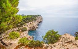 Islas de Kornati Acantilados Telascica en el parque nacional Kornati, mar adriático en Croacia Fotos de archivo libres de regalías
