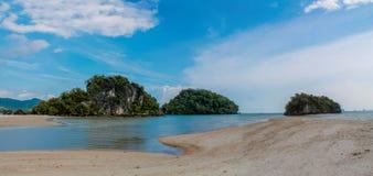 Islas de la formación de roca de la piedra caliza de la playa del Ao Nang Nopparat Tharai en Krabi, Tailandia imágenes de archivo libres de regalías