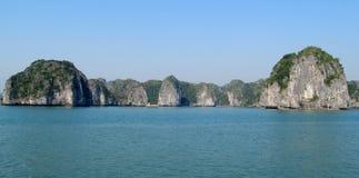 Islas de la piedra caliza en el mar de la bahía de HaLong Fotos de archivo libres de regalías