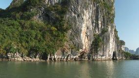 Islas de la roca en la bahía de Halong, Vietnam almacen de metraje de vídeo