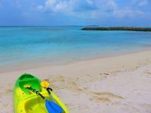 Islas de Maldivas con la canoa Imágenes de archivo libres de regalías