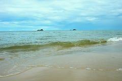 Islas del paisaje dos de Sandy Coastline Horizon Beach Waves imágenes de archivo libres de regalías