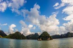 Islas deshabitadas en el mar del sur de China Imagen de archivo libre de regalías