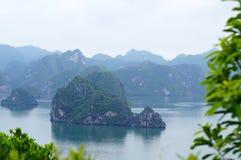 Islas en la bahía larga de la ha foto de archivo libre de regalías