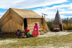Islas flotantes en el lago Titicaca Puno, Perú, Suramérica, cubierta con paja a casa La raíz densa que planta a Khili entre Imagenes de archivo