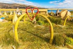 Islas flotantes en el lago Titicaca Puno, Perú, Suramérica, cubierta con paja a casa. Raíz densa esa plantas Khili Imágenes de archivo libres de regalías