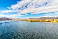 Islas flotantes en el lago Titicaca Puno, Perú, Suramérica, cubierta con paja a casa. Raíz densa esa plantas Khili Fotografía de archivo libre de regalías