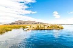 Islas flotantes en el lago Titicaca Puno, Perú, Suramérica, cubierta con paja a casa. Raíz densa esa plantas Khili Imagenes de archivo