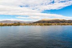 Islas flotantes en el lago Titicaca Puno, Perú, Suramérica, cubierta con paja a casa Raíz densa esa plantas Khili Fotos de archivo