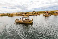 Islas flotantes en el lago Titicaca Puno, Perú, Suramérica, cubierta con paja a casa Raíz densa esa plantas Khili Fotos de archivo libres de regalías