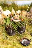 Islas flotantes en el lago Titicaca Puno, Perú, Suramérica, cubierta con paja a casa Raíz densa esa plantas Khili Imagenes de archivo